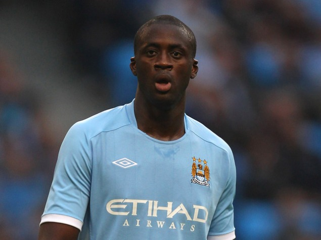 Yaya_Toure_mira_Manchester_City